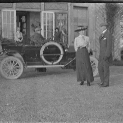 12F Group with motor at Coolmore front door, 11 Nov 1913.jpg