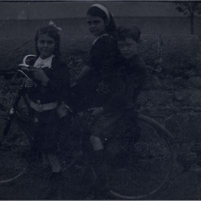 3D Children with bicycle at Kingstown, 26 Sept 1913.jpg